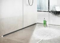 Wasser in der Dusche fließt in die Wand ab