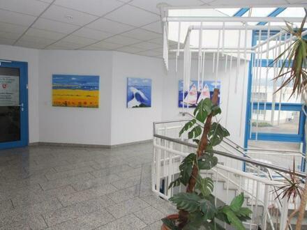 Treppenhaus mit Blick auf den Eingang der Rechtsanwälte