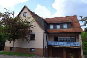 Wohnhaus mit zwei Wohnungen und Garagen
