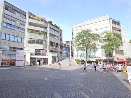 Einzelhandelsfläche mit großen Schaufenstern in der Altstadt