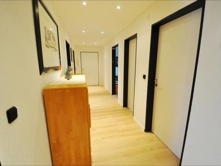 4-Zimmer-Dachgeschosswohnung mit Kfz-Stellplatz und Tageslichtbad in gepflegtem 3-FH