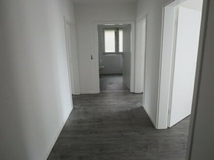 Attraktive 3 Zimmer Wohnung mit viel Platz, FBH, Keller, Stellplatz etc.