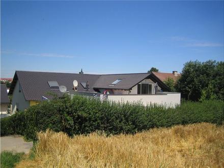 Tolle Wohnung im Dachgeschoß und großer Terrasse - Blick ins Grüne - sofort frei!