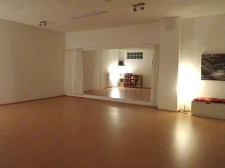 Großer Raum mit Tanzspiegel (Vorhang)