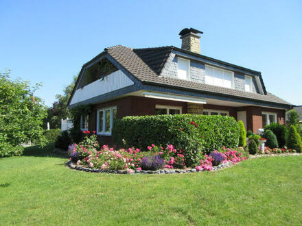Schicke EG-Wohnung mit eigener Garten-/Rasenfläche in zentraler Lage.