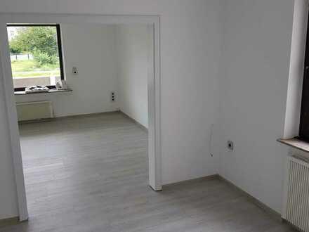 Sanierte EG-Wohnung (100qm) mit fünf Zimmern sowie Balkon und EBK in Kreuztal