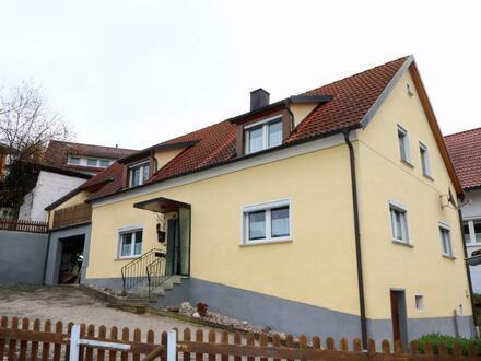 Dach und Fenster erneuert! Günstiges Wohnhaus mit 2 Garagen, Schuppen und Garten