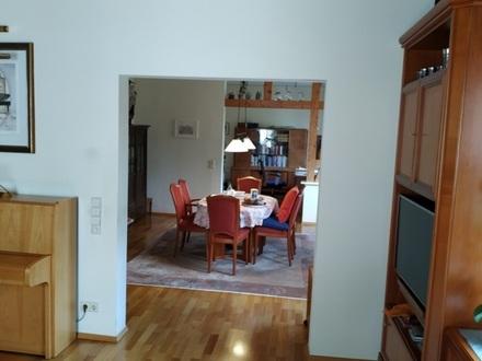 5-Zimmerwohnung in Bad Cannstatt - Zentrum, 145 m², Altbau, Bad mit Whirlpool, Dusche und WC, separates WC, Küche, Speise-/Abstellkammer,…
