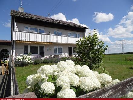 **Zweifamilienhaus mit ausgebautem Dachgeschoss und zwei Garagen!**