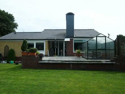 Individuell und großzügig zeigt sich das Haus von der Gartenseite