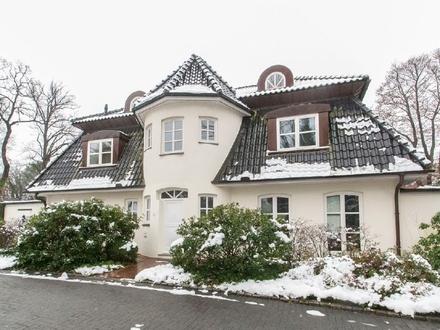 Individuelle Maisonette-Wohnung mit zwei Balkonen in repräsentativer Villa