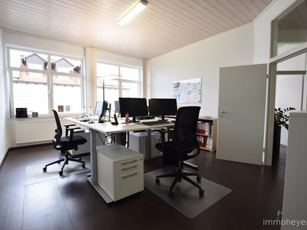 barrierefrei: Helle, moderne Büro-/ Praxisräume mit hohen Decken und vielen Parkflächen