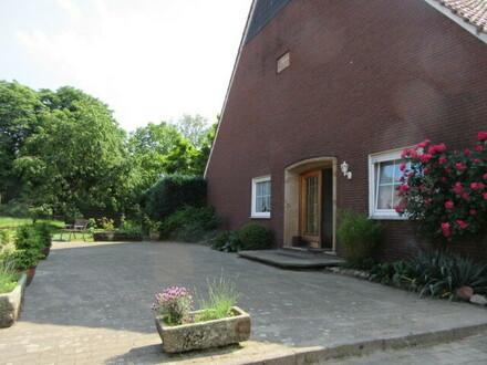 großzügge Erdgeschoßwohnung mit Kamin, Terrasse und Garten.