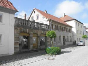Denkmalgeschütztes, stark renovierungsbedürftiges Wohn-und Geschäftshaus