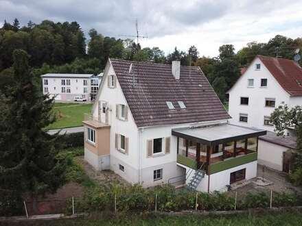 Kreative Köpfe aufgepasst! Zweifamilienhaus mit viel Potenzial in verkehrsgünstiger Lage