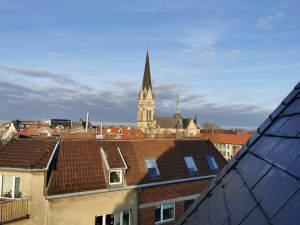 Maisonettewohnung mit Blick auf die Heilig-Kreuz-Kirche.