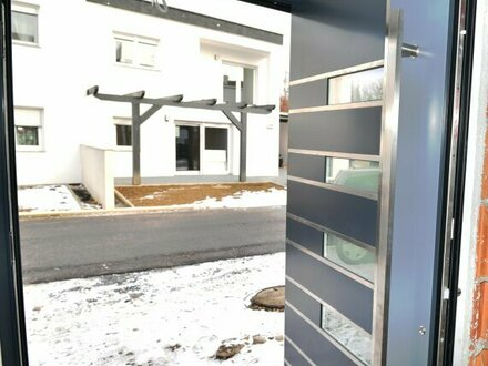 PERFEKTES ZWEI-FAMILIENHAUS! 210 m² inkl. hochwertiger Ausstattung + Dachterrasse! 2 Carports! 2 Separate Wohneinheiten…