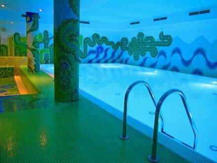 LUXUS PUR! Gartenwohnung in wunderschöner Lage mit Swimmingpools, Weinkeller, Wellnessbereich