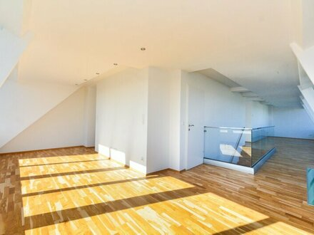 Loftartige, offene Bürofläche im Dachgeschoß mit Terrasse
