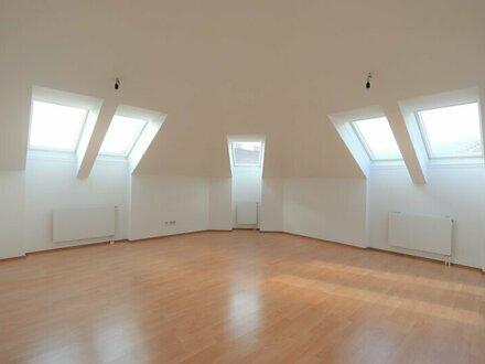 Sonnendurchflutete 2 - Zimmer - Dachgeschoßwohnung