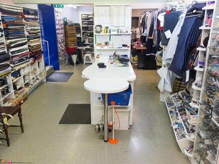 80 m2 großes Ecklokal derzeit als Schneiderei geführt gegen Ablöse zu vergeben! Andere Branchen wie Friseur möglich!