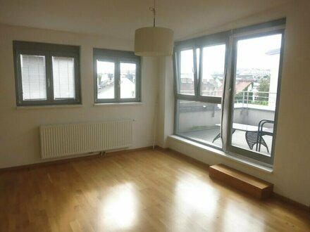 AUF EINER EBENE: Ruhige DG-Wohnung, Terrasse uneinsehbar - U3 Nähe