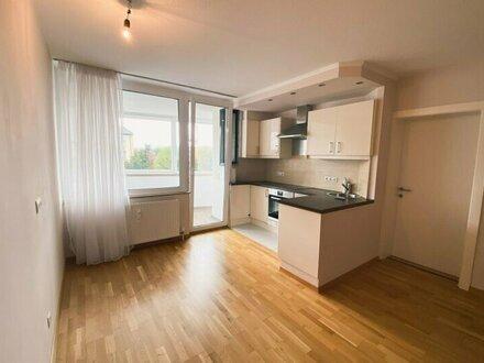 Stadtblick im Grünen - lichtdurchflutete 2-Zimmer Wohnung mit Loggia