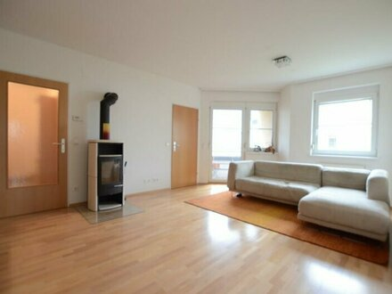 Gepflegte, geräumige, 4 - Zimmer Eigentumswohnung in ruhiger Vorstadtlage
