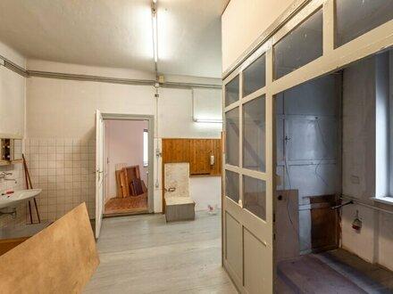 ++RARITÄT++ Sanierungsbedürftige 2-Zimmer Altbauwohnung mit Balkon! Bestlage! **toller Stilaltbau!**
