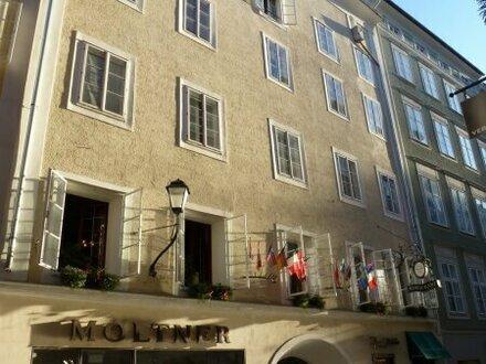 Sanierte Garconniere mit Balkon in den Innenhof mitten im Herzen der Salzburger Altstadt!