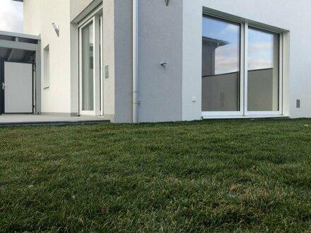 WUNDERSCHÖNE DOPPELHAUSHÄLFTE - AUSSENROLLLÄDEN -GERÄUMIG - CARPORT - RUHIG