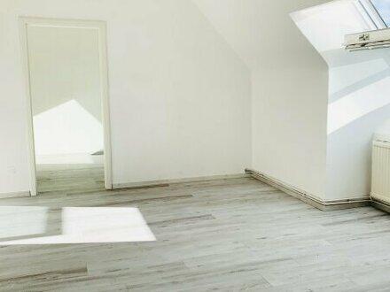 Helle, ansprechende 2,5 Zimmer DG-Wohnung mit Hof-/Gartenbenutzung