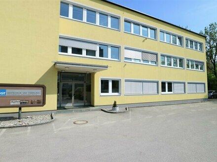 Attraktives Büro oder Einzelhandel mit Lager und Parkplätzen in zentraler Lage