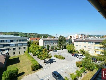 Großzügige 3,5-Zimmer-Wohnung mit Sonnenloggia und 2 PKW-Stellplätzen