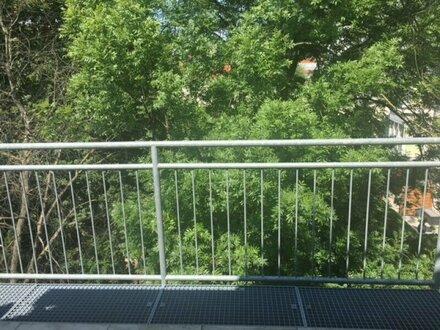 Sonnendurchflutete 3 Zimmerwohnung mit Balkon bei Schloß Hetzendorf!