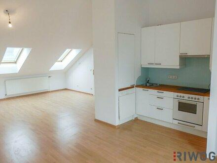 2 Zimmer Dachgeschosswohnung // TERRASSE // SCHRANKRAUM // EINBAUKÜCHE