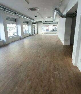 Geschäftslokal mit großen Schaufenstern, ideal für Einzelhandel, Tierarzt oder Wettbüro... hier ist alles möglich