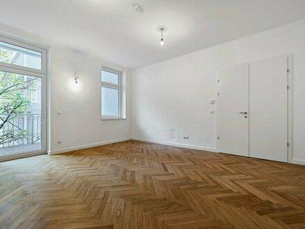 ERSTBEZUG: schöne Altbauwohnung mit großer Freifläche!