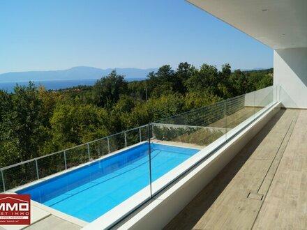 Loggia mit Meeres- und Poolblick