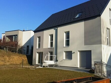 Neues Doppelhaus (sofort beziehbar) mit herrlichem Blick und großem Garten im Zentrum von Gablitz