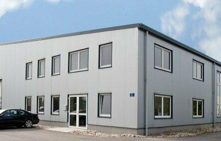 Betriebsobjekt in Autobahnnähe! Halle mit Büros und Freiflächen