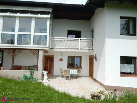 Trotz Straße - Familienhaus mit toller Grünlage in Burgkirchen