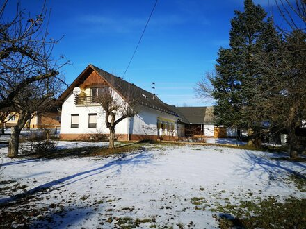 Bauernhaus mit Wirtschaftsgebäude, Garten und 2 Garagen in Wiesfleck