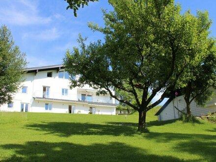 Obertrum: Moderne Villa mit Gästehaus
