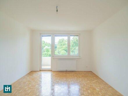 Neu sanierte, helle 3 Zimmer Wohnung mit hofseitigen Balkon und ausgezeichneter öffentlicher Anbindung – WG geeignet