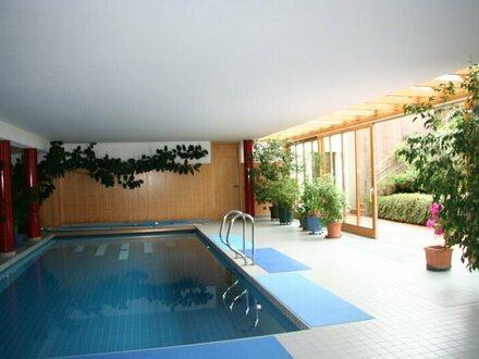 Stimmungsvolle Landhausvilla mit unverbaubarem Seeblick & Indoorpool