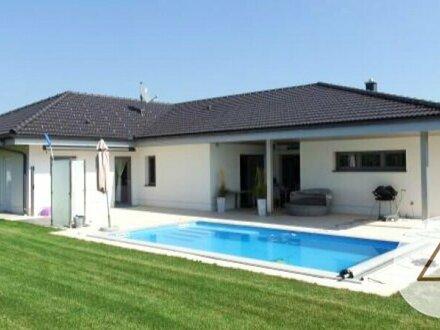 Neuwertiger Top-Bungalow mit Garage und Pool und fertiger Gartenanlage