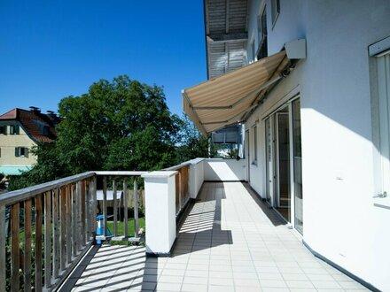 Wohlfühlen: Teilsanierte 4-Zimmer-Wohnung mit großer Terrasse