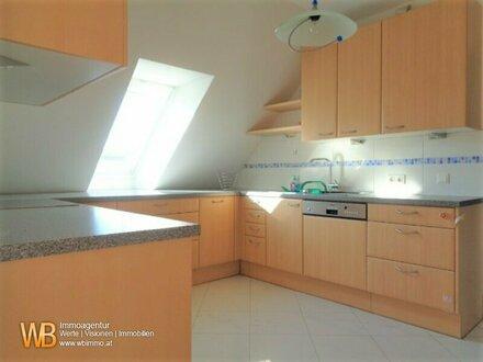 Traumhaft, helle DG-Wohnung auf einer Ebene mit 4 Zimmer und Terrasse! U Bahn Nähe!