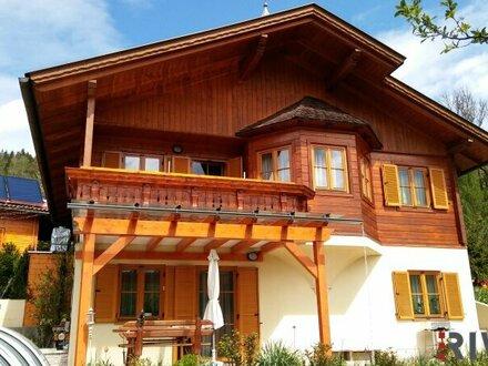 Haus mit Balkon und Terrasse